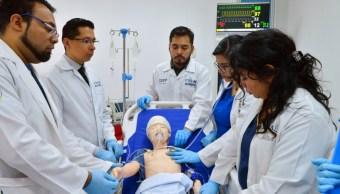 Médicos utilizando simuladores virtuales para aprender nuevos procedimientos clínicos y quirúrgicos, 23 octubre 2019