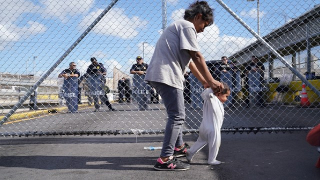 Migrantes viven hacinados en Matamoros mientras esperan cita en Brownsville, Texas