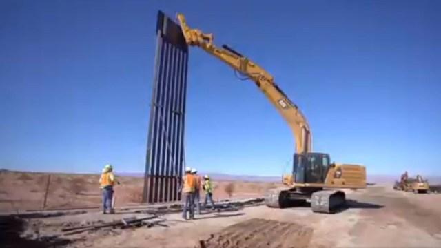 Foto: Trabajadores de la construcción colocan una enorme reja de metal que forma parte del gran muro fronterizo, 4 octubre 2019