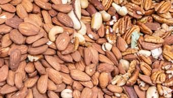 Imagen: Un snack diario de 42 gramos de almendras, como parte de una dieta para reducir los niveles de colesterol, ayudó a reducir la grasa de la cintura, 27 de octubre de 2019 (Getty Images, archivo)