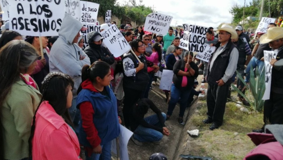 Foto: El presidente López Obrador se reúne este sábado con pobladores indígenas de Nochixtlán, 19 de octubre de 2019 (Twitter @oblatos00)