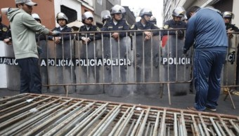 Foto: El despliegue policial es para evitar el ingreso al Parlamento de legisladores que no integren la Comisión Permanente y sus asesores, 1 de octubre de 2019 (Twitter @peru21noticias)
