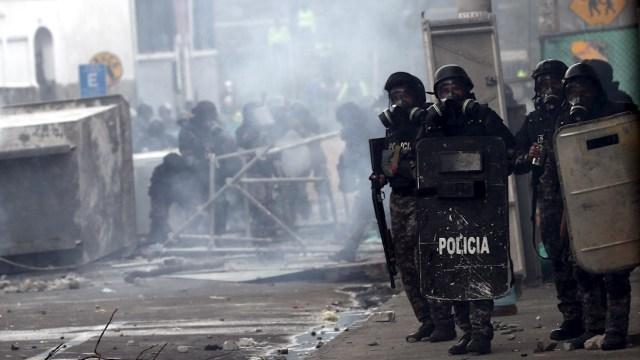 Foto: Policías se enfrentan a manifestantes en nueva jornada de protestas en Quito, Ecuador, 11 octubre 2019