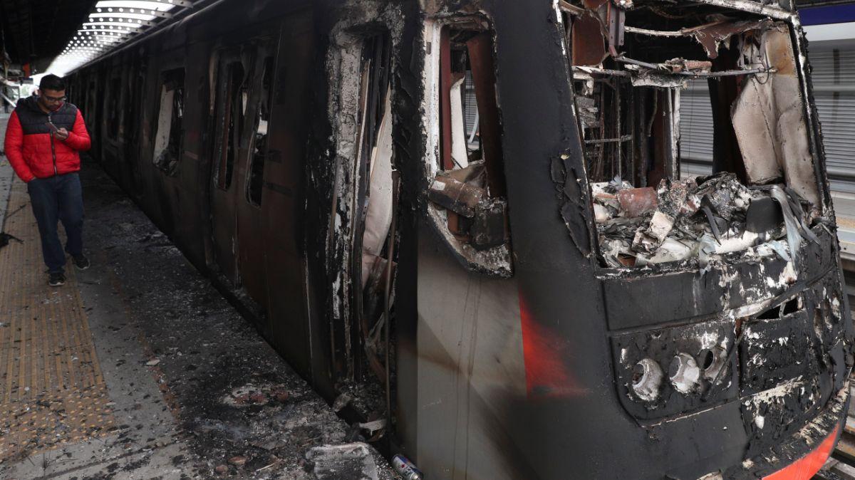 Manifestantes queman vagones del Metro