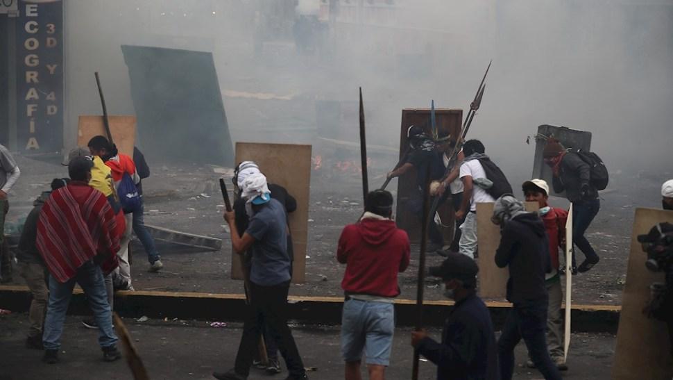 fOTO: Manifestantes se enfrentan a la policía durante una nueva jornada de protestas en Quito, Ecuador, 11 OCTUBRE 2019