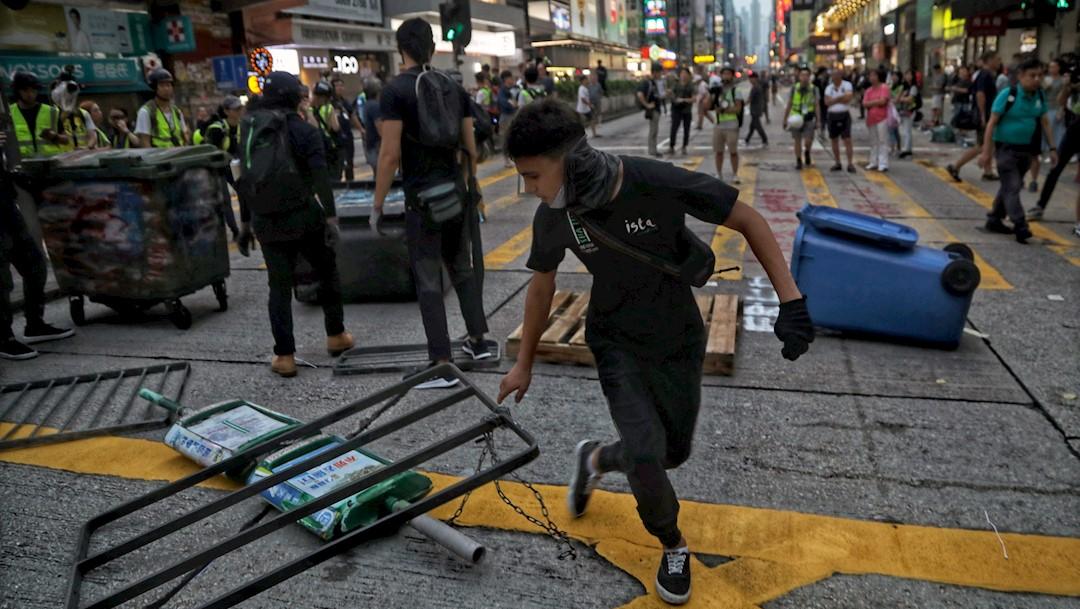 Foto: Los manifestantes colocan barricadas durante una protesta en Hong Kong, 13 octubre 2019