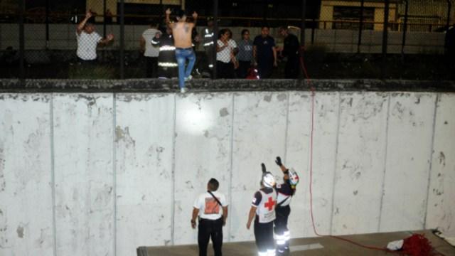 Foto: Los rescatistas dialogaron con el hombre durante varios minutos y cerraron la circulación vehicular en los carriles centrales y laterales del Circuito Interior, 29 de octubre de 2019 (Luis Carbayo /Cuartoscuro.com)