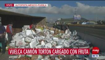 Retiran fruta tras volcadura de camión en autopista México-Puebla