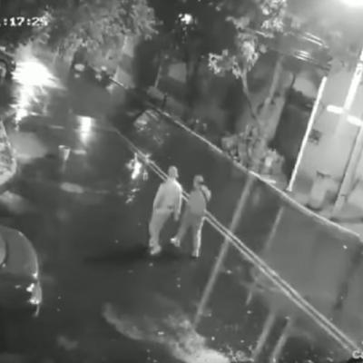 Video: En 30 segundos roban auto a pareja en Iztacalco