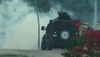 Foto: Los elementos de la Secretaría de Seguridad presuntamente arrojaron gas lacrimógeno para contener a aproximadamente 200 manifestantes, 27 de octubre de 2019 (Twitter @SSyPC_Chiapas)