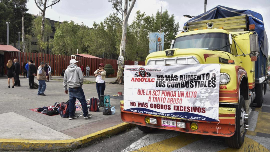 Foto: Transportistas continúan con sus vehículos de carga en las inmediaciones de la Cámara de Diputados, 30 de octubre de 2019 (Mario Jasso /Cuartoscuro.com)