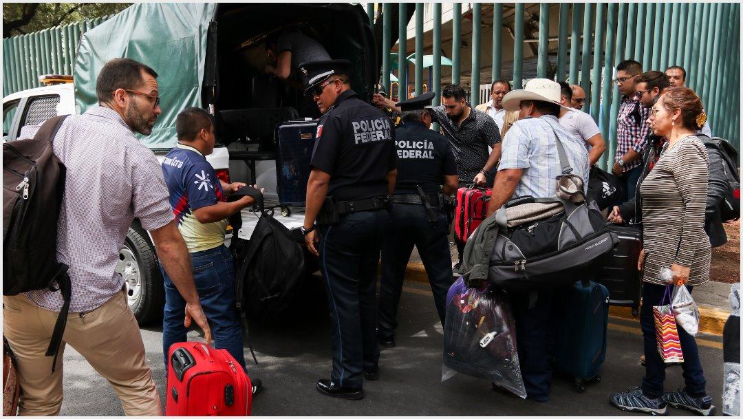 Foto: Policías Federales habilitaron sus camionetas para trasladar a los turistas varados, 7 de octubre de 2019 (GALO CAÑAS /CUARTOSCURO.COM)