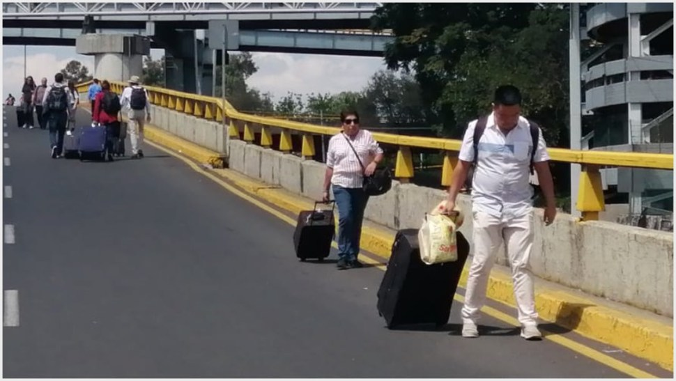 Foto: Miles de turistas se vieron obligados a caminar para no perder sus vuelos, 7 de octubre de 2019 (FOTO: ARMANDO MONROY /CUARTOSCURO.COM)