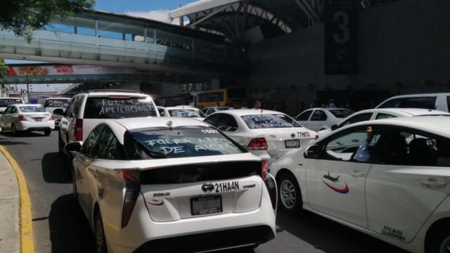 FOTO Taxistas bloquean Terminal 1 del AICM (Cuartoscuro/Armando Monroy)