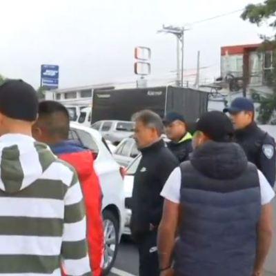 Taxistas bloquean carriles de casetas en autopistas Pachuca y Toluca