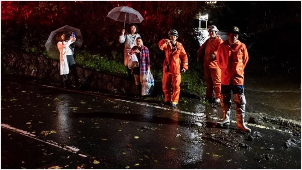 Foto: Los equipos de emergencia trabajan en el rescate y evacuación de millones de japoneses, 12 de octubre de 2019 (EFE)
