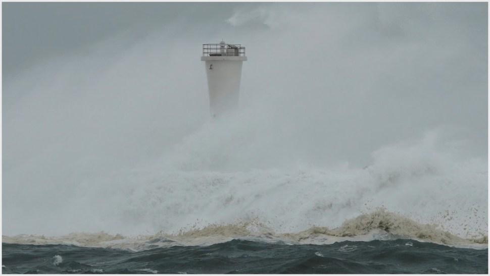 Foto: Las olas durante el paso del tifón Hagibis en Japón, 12 de octubre de 2019 (AP)