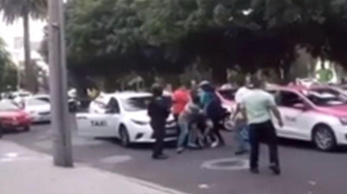 Taxistas golpean a repartidor