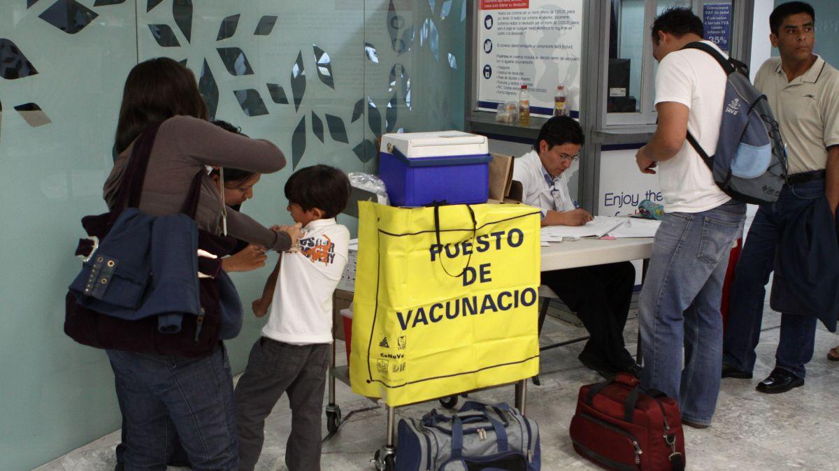 Puesto de vacunación en el AICM.
