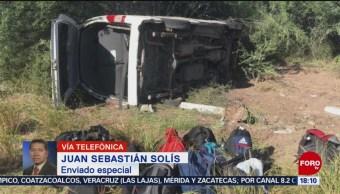 FOTO:Vuelca camioneta que trasladaba a reporteros que cubrían a AMLO, 26 octubre 2019