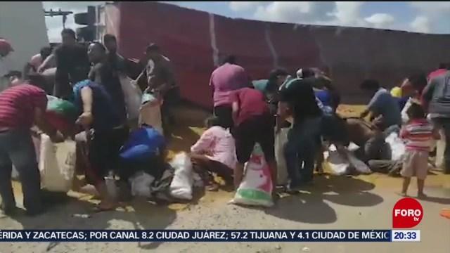 Foto: Vuelca Tráiler Campeche Personas Realizan Rapiña 4 Octubre 2019