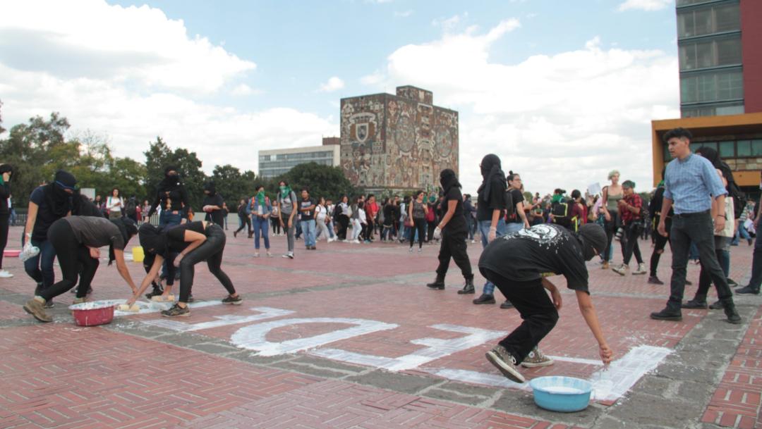 Encapuchados realizan pintas en la Rectoría de la UNAM