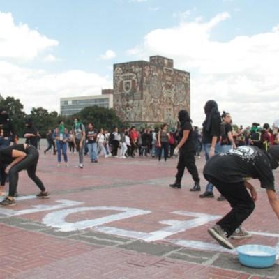 Encapuchados vandalizan la Rectoría de la UNAM; rompen vidrios y hacen pintas