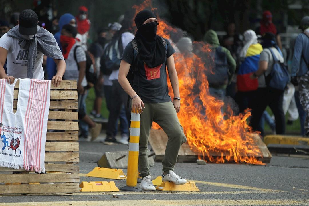 Foto: Grupos de manifestantes encapuchados se enfrentan a la policía en Bogotá, Colombia, 21 noviembre 2019