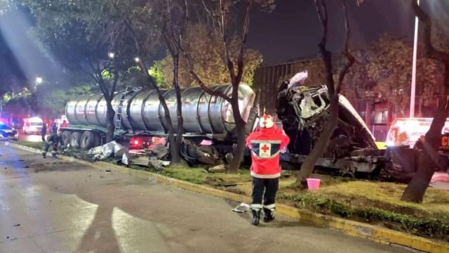 Foto: Una pipa de agua potable quedó destruida tras impactar una cámara del C5, ubicada sobre un camellón en Circuito Interior, 30 noviembre 2019