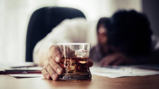 Imagen: El trastorno por consumo de alcohol es considerado una enfermedad cerebral crónica a menudo acompañado de emociones negativas