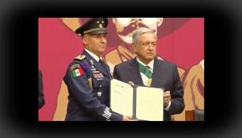 FOTO AMLO asciende a piloto que trasladó a Evo Morales de Bolivia a México (YouTube)