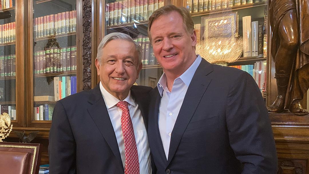 Andrés Manuel López Obrador y Roger Goodell. (PRESIDENCIA /CUARTOSCURO)