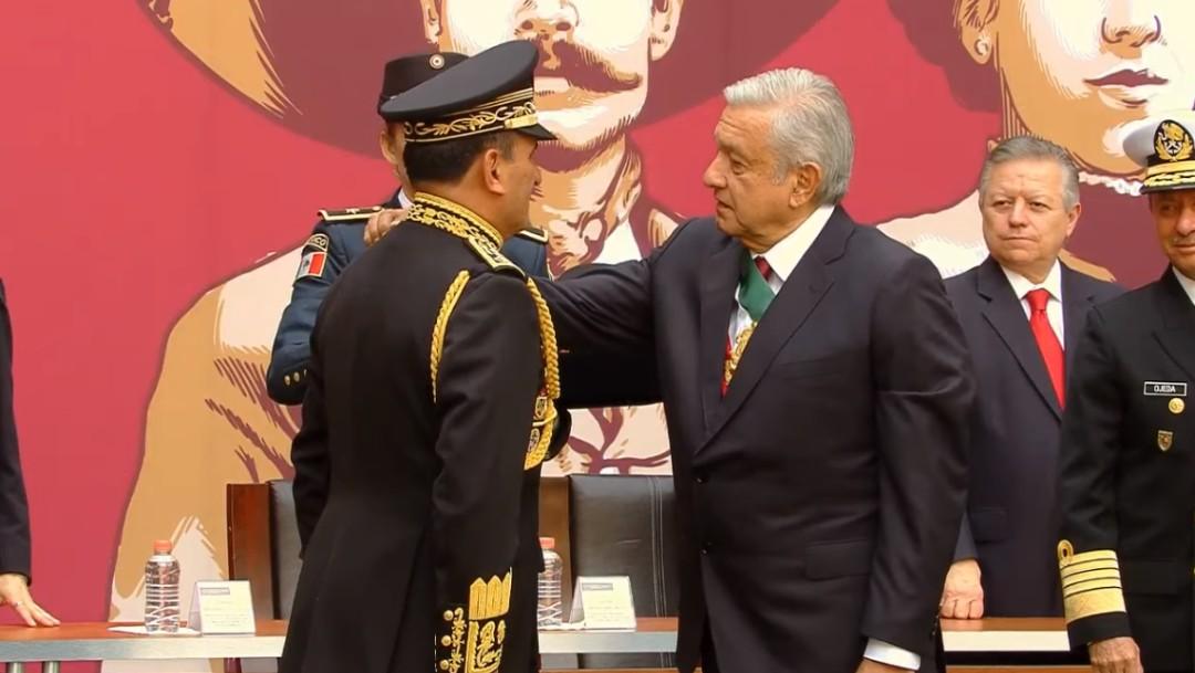AMLO entrega condecoraciones a las Fuerzas Armadas.