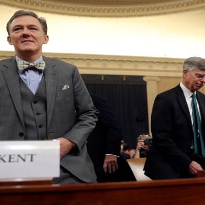Corbata de moño roba atención en audiencias para juicio político contra Trump