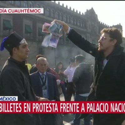 Arrojan 'billetes' en protesta frente a Palacio Nacional