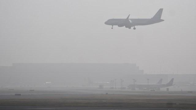 Un avión comercial aterriza en el Aeropuerto Internacional de la Ciudad de México, 10 noviembre 2019