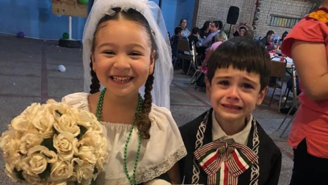 Foto: Novio no deja de llorar durante su boda en una kermés escolar, 21 noviembre 2019