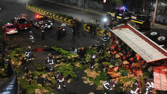Foto: Las maniobras para retirar al camión y la carga duraron hasta el amanecer, 26 de noviembre de 2019 (Luis Carbayo /Cuartoscuro.Com)