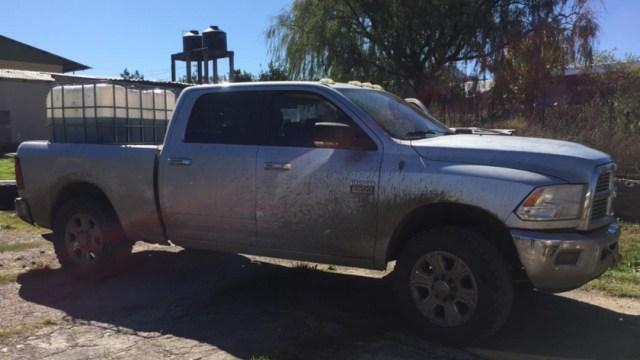 Foto: En la caja del vehículo había un contenedor con estructura metálica, conteniendo alrededor de 600 litros de líquido azul similar al hidrocarburo, 16 de noviembre de 2019 (Noticieros Televisa)