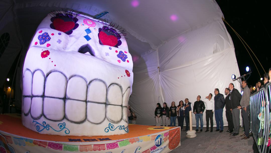 Foto: La calavera mide cinco metros de altura y pesa cerca de una tonelada y media, 1 de noviembre de 2019 (Twitter @AlertaQro)