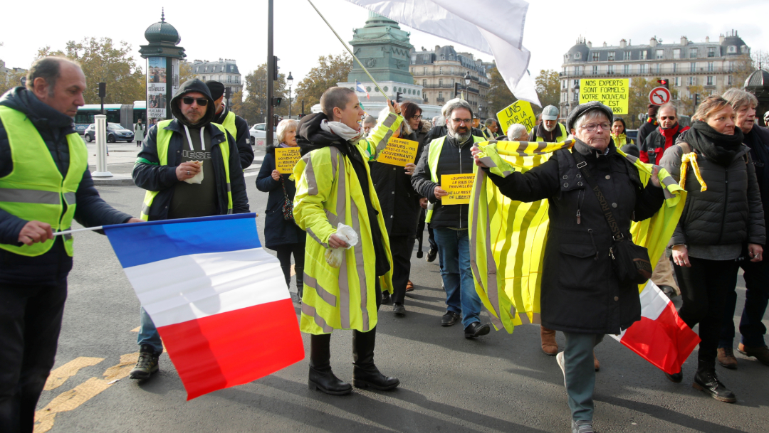 """FOTO """"Chalecos amarillos"""" protestan en París, hubo enfrentamientos y detenidos (Reuters)"""