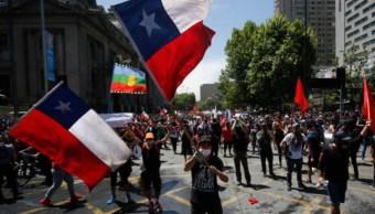Foto: Bloqueos de rutas, concentraciones en tribunales, marchas y un gran cacerolazo nacional son las convocatorias para este 'superlunes' de protestas sociales en Chile