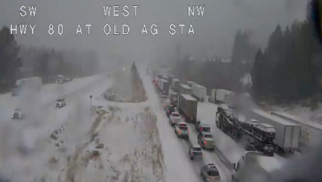 FOTO Ciclón bomba desata nevadas intensas y afecta viajes de Thanksgiving en Estados Unidos (Caltrans/AP)