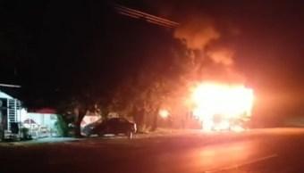 FOTO Comando armado incendia dos tráileres en Iguala, Guerrero