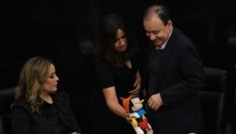 Senadores regalan pinocho a Alfonso Durazo
