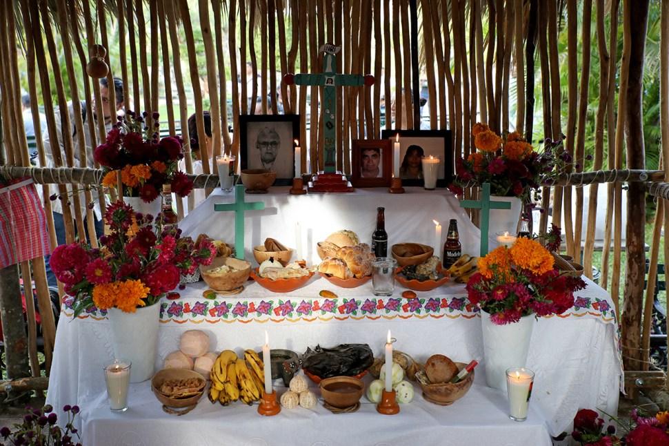 FOTO Con ofrendas, alumbradas y música, se celebra Día de Muertos en México. (Crisanta Espinosa Aguilar, Francisco Balderas, Mario Jasso, Isabel Mateos – Cuartoscuro) , alumbradas y música, se celebra el Día de Muertos en México. (Crisanta Espinosa Aguilar, Francisco Balderas, Mario Jasso, Isabel Mateos – Cuartoscuro)