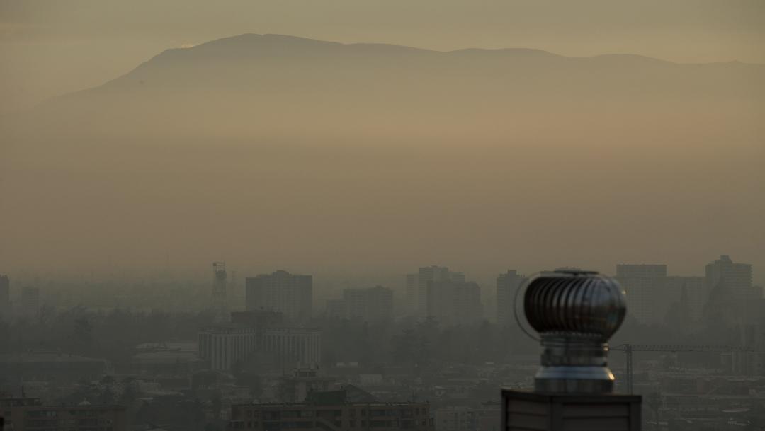 """FOTO Reconfiguran bacteria común para que """"coma"""" dióxido de carbono; en la imagen, contaminación atmosférica en Santiago de Chile (EFE 19 julio 2019)"""