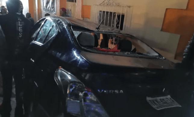 FOTO El conductor y sus acompañantes fueron detenidos y llevados a los separos de la policía municipal (Twitter @OaxacaPolitico)