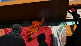 Foto: Los encapuchados quemaron la bandera de México frente a la Rectoría de la UNAM. FOROtv.