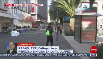 FOTO: Encuentran cuerpo de hombre en banca de Avenida Juárez, CDMX, 17 noviembre 2019